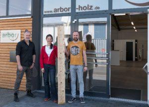 Holzspende der Firma Arbor: v.l.: Hr Werthenbach (Arbor), Fr Kossler (NABU/BUND), Hr Wiebusch (Arbor)