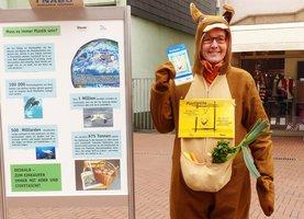 Mensch steckt in Kängurukostüm und wirbt für Alternativen ohne Plastik